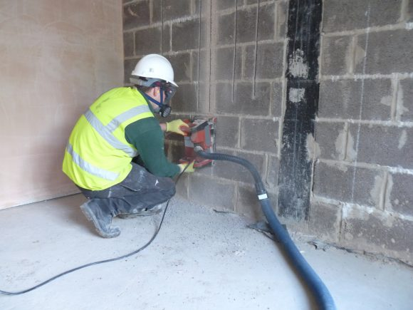 Controlling dust on site with an on-tool extraction.